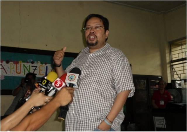 EXPLANATION. Comelec's James Jimenez explains to the media about contingency PCOS machines. Photo by Raisa Serafica