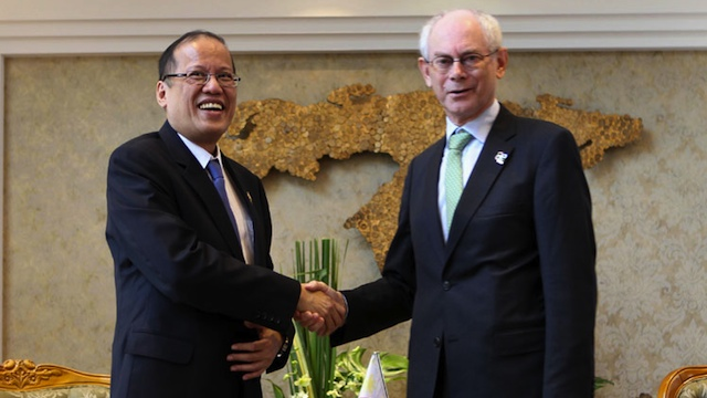 SUPPORT FOR PH. Aquino greets European Council President Herman van Rompuy in Vientiane. Photo by Lauro Montellano/Malacañang Photo Bureau