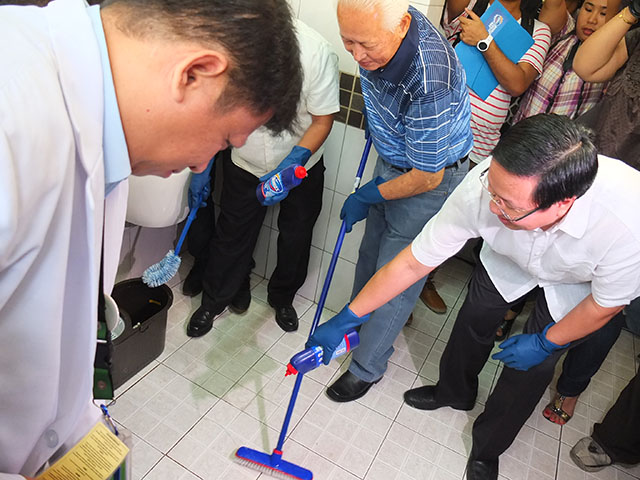 PARTNERSHIP. Mayor Alfredo Lim and Unilever Vice President for Corporate Affairs Chito Macapagal clean a public bathroom in San Lazaro Hospital, Manila. Photo by Pia Ranada