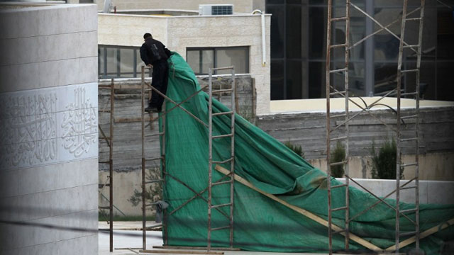 PREPARATIONS. A Palestinian worker erects plastic tarpaulin around the mausoleum of the late Palestinian leader Yasser Arafat, in the West Bank city of Ramallah, on November 24, 2012. AFP PHOTO / ABBAS MOMANI