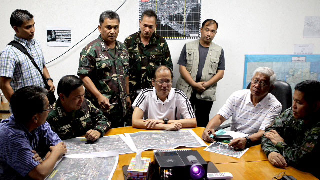 HUDDLE WITH THE GENERALS: President Aquino discuss Zamboanga City operations with military and police generals. Malacañang photo
