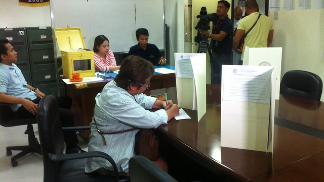 Inday Varona of the National Union of the Journalists of the Philippines fills out her ballot. Photo by Rappler/Purple S. Romero