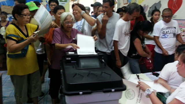 DEFECTS. Voters in Padre Burgos Elementary school in Manila have to resort to manual voting after the PCOS machine stopped working. Photo by Rappler.com/Patricia Evangelista