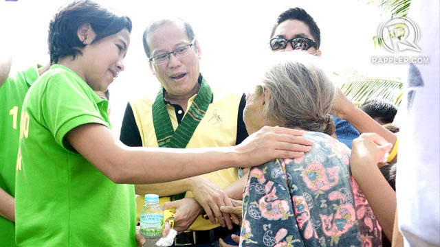 CAMPAIGNING. The President takes time to speak to voters from GenSan. Photo by Ronald Velasquez
