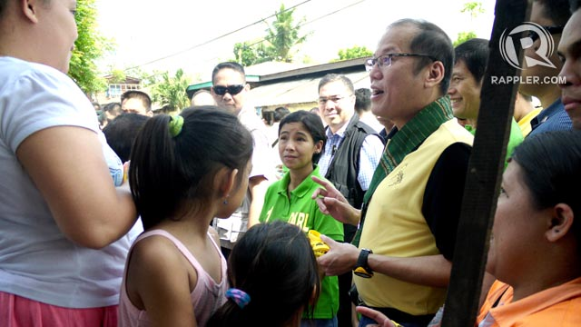 PUMPING FLESH. President Aquino takes time to talk to locals from General Santos City where local allies like the Antoninos are expected to have a tougher time. Photo by Ronald Velasquez