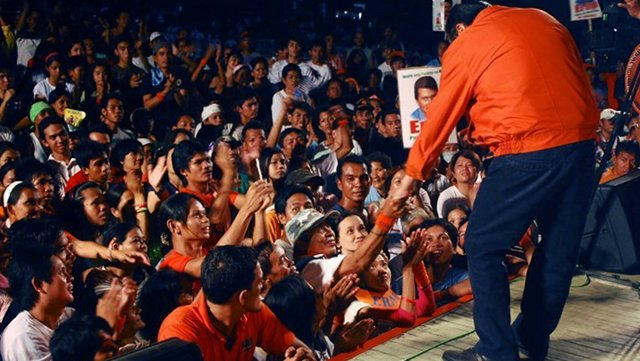 RETURN BOUT. Supporters greet former President Joseph Estrada at a rally during his bid to return to Malacañang in 2010. Photo from Estrada's Facebook page.