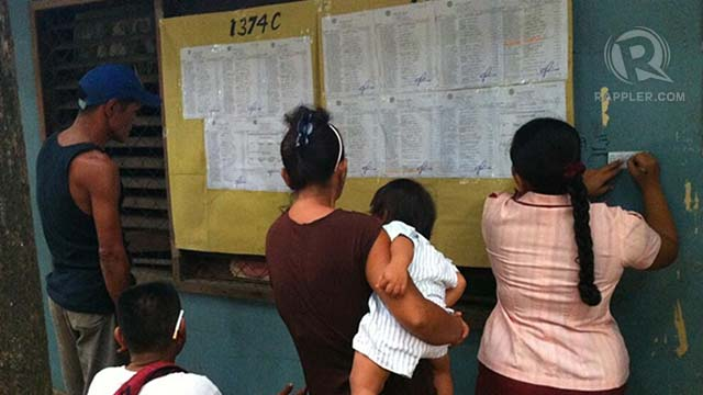 EARLY BIRDS. Voters showed up as early as 6 am at Guadalupe Elem School in Cebu City to check voter lists. Photo by Ayee Macaraig/RAPPLER