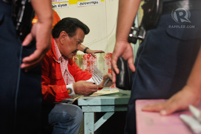 NEW MAYOR. Former President Joseph Estrada casting his vote Monday morning at the P. Burgos Elementary School in Sampaloc, Manila. Photo by Rappler/Leanne Jazul