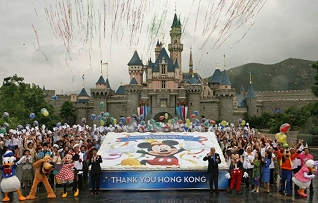 hk disneyland chinese tourists behavior and For instance, in hong kong, there were instances where chinese mothers allowed their children to urinate in public which made several hk residents just like the chinese, criticism of bad behavior has in the past been leveled at american, japanese and taiwanese tourists, when they were also.