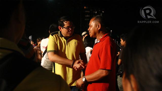 """Benigno """"Bam"""" Aquino speaks to a supporter. Photo by Raymund Amonoy"""