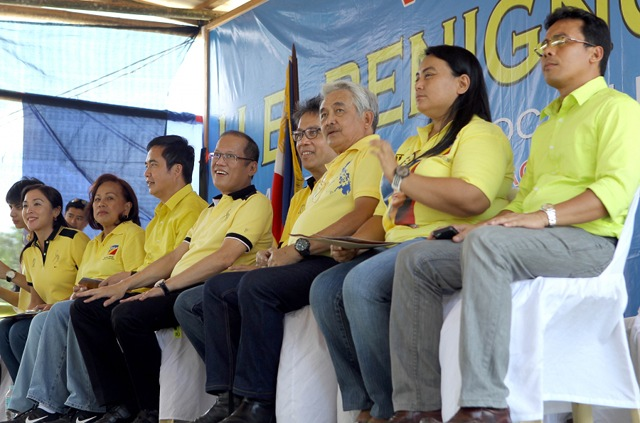 """ROXAS FACTOR. Team PNoy boasts of the LP's strength and machinery in Western Visayas because of the """"Roxas factor."""" President Aquino visited Roxas' home province of Capiz on April 10 with the Interior Secretary to endorse local LP candidates. Photo by Malacañang Photo Bureau"""