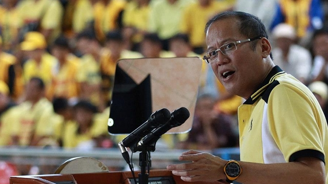 """'EXTRA HOSPITABLE.' Albay Gov Joey Salceda explains to President Benigno Aquino III that he was just being """"extra hospitable"""" to UNA candidates who visited Albay over the weekend. File photo by Malacañang Photo Bureau"""