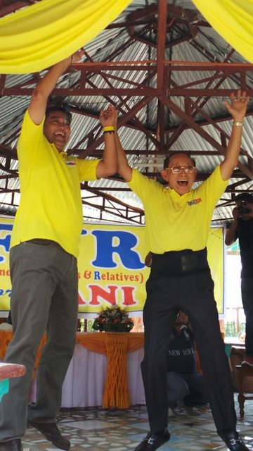 UNCLE AND NEPHEW. Forme president Fidel Ramos does the EDSA victory jump with nephew Alaminos City Mayor Hernani Braganza, who is running for governor of Pangasinan. Photo by Braganza's communications team