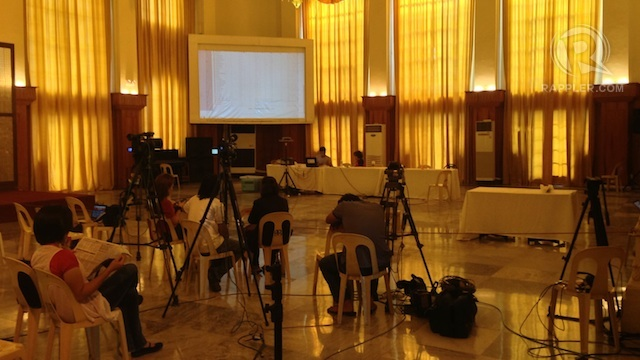 EMPTY CHAIRS, EMPTY TABLES. Media wait for the canvassing of votes at the Cebu Provincial Capitol Tuesday, May 14. Rappler/Ayee Macaraig