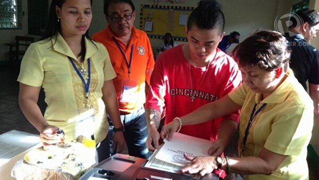 SUCCESSFUL VOTING. A registered voter participates in the mock elections held in Bagong Lipunan ng Crame, Quezon City. Photo by John Javellana