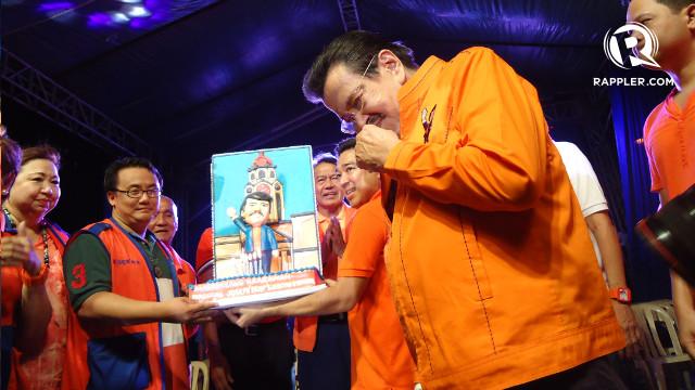 'MAYOR ERAP CAKE.' A Manila City Hall-inspired cake is presented to former President Joseph Estrada. Rappler/Jerald Uy