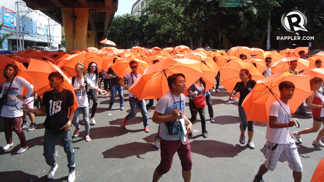 """ERAP FLASH MOB. 300 students staged a """"flash mob"""" dance near the Manila City Hall to support former President Joseph Estrada's bid for the mayoral post. Rappler/Jerald Uy"""