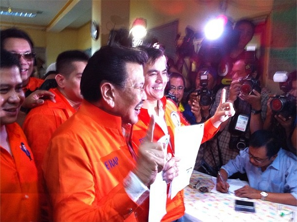UNA'S MANILA BETS. Former President Joseph Estrada (L) and Manila Vice Mayor Isko Moreno (R) present their Certificates of Candidacy (COCs) for Manila mayor and vice mayor, respectively, to the media after filing at the Commission on Elections (Comelec) office in Arroceros, Manila, October 2, 2012. Photo by Ayee Macaraig.