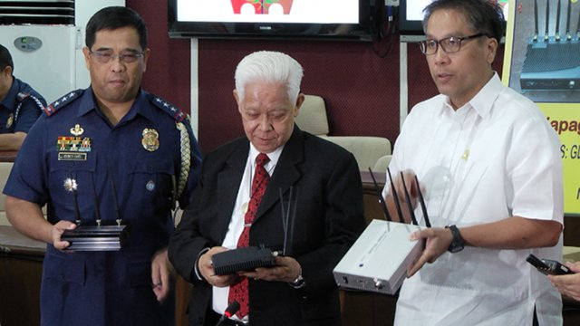 REPORT JAMMERS. Comelec chair Sixto Brillantes Jr and Interior Secretary Mar Roxas show the public different models of signal jammers. Photo by Rappler/Naoki Mengua.