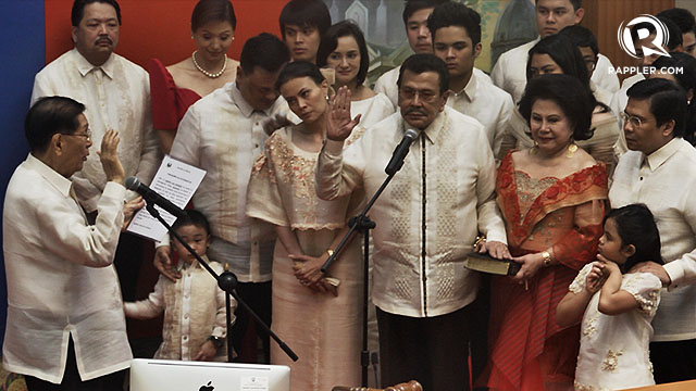 POLITICAL COMEBACK. Former President Joseph Estrada takes his oath as Manila mayor.