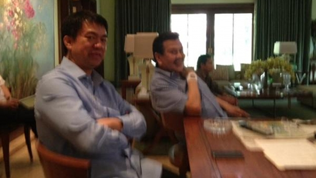 LIGHT MOMENT. Sen Koko Pimentel share a light moment with former President Joseph Estrada even if he decides to leave UNA. Photo by twitter.com/serbisyongkoko