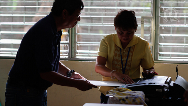MOCK POLLS. Hundreds of voters try the PCOS machines during the mock elections over the weekend. Photo by John Javellana