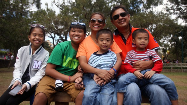 FAMILY BONDING. Before UNA's Baguio sortie, Nancy Binay takes time out to bond with her husband, businessman Pepito Angeles, and their 4 children in Burnham Park. The family toured and went boat-riding. Photo courtesy: UNA