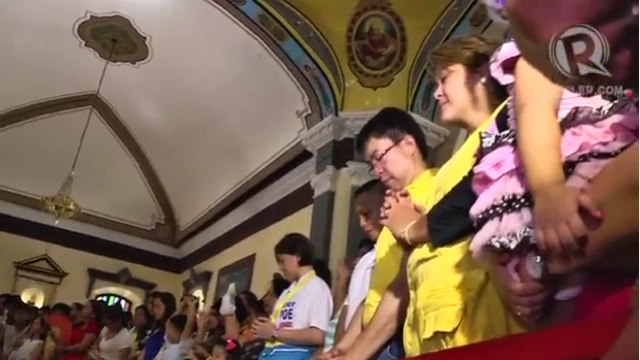 PRAYER TIME. Candidates of Team PNoy try to woo voters in vote-rich Pangasinan.