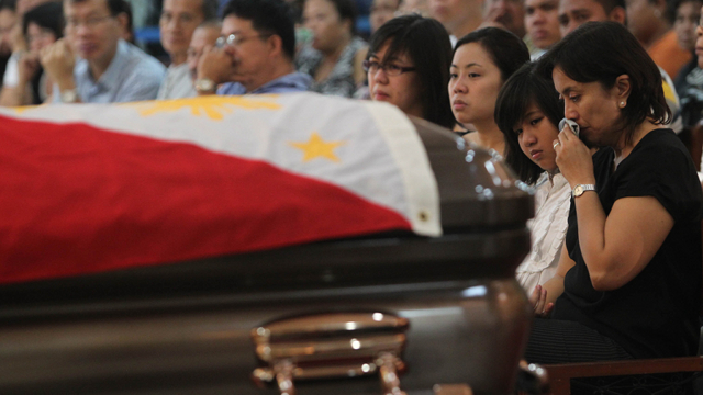 MOURNING. The family of the late Interior Secretary Jesse Robredo holds a mass for him as soon as his remains are brought back to Naga. Photo courtesy of Malacañang Photo Bureau