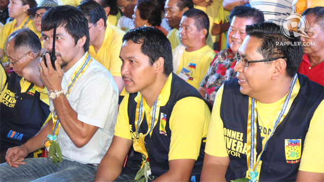 BROTHER'S ADVICE. Roel Pacquiao (centre) heeds his older brother Manny (left) for him to run for barangay chairman again. Photo by Edwin Espejo/Rappler