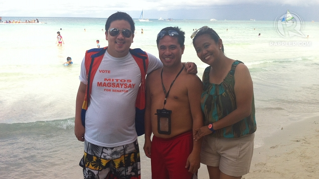 BORACAY CAMPAIGN. Zambales Rep Mitos Magsaysay's son, Anton (left), and Nancy Binay pose with tourists in Boracay on the sidelines of UNA's Western Visayas leg. Photo by Rappler/Ayee Macaraig